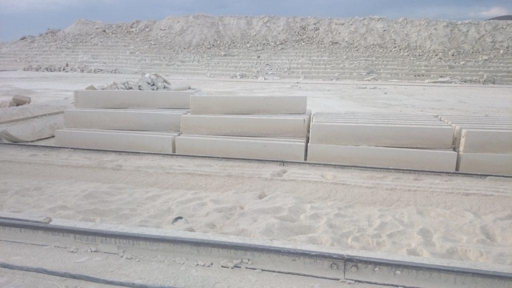 Блоки больших размеров используются для изготовления надмогильных плит