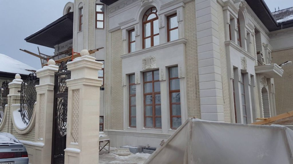 Плитка из дагестанского известняка на фасаде