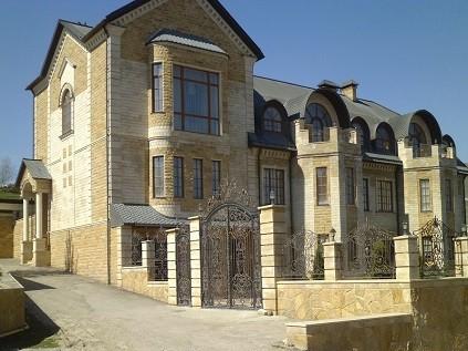Облицовка фасадов дагестанским камнем 1000 р м2.