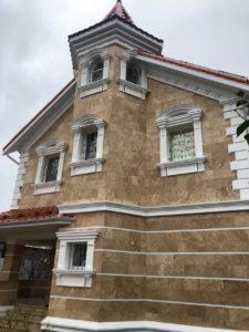 Облицовка фасада полированным травертином