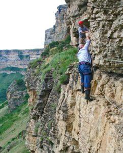Багаудин Арсланбеков c скалолазами восхождение в пещерное городище