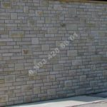 Стена облицована мекегинским серым камнем